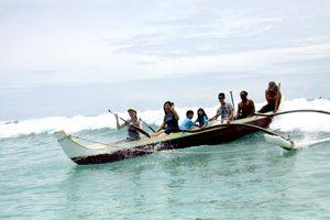 ワイキキ沖でアウトリガーカヌーサーフィンデビューしませんか?経験ゼロでもあっという間に友達やファミリーみんなで波乗り体験!