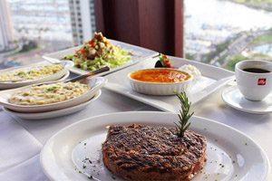 ディナー&シティ・ライト・タンタラス シグネチャー・プライム・ステーキ&シーフードで贅沢な一夜を堪能