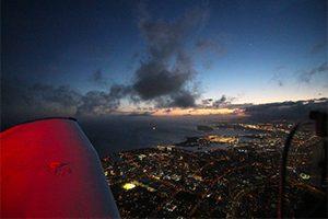 遊覧飛行「セスナ・ナイト・フライト」で、ハワイの絶景&夜景を空から望む! ★今ならホノルルシティライツ車窓見学付き★